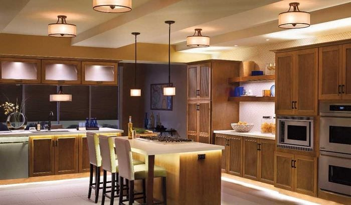 идея использования светового дизайна в ярком интерьере квартиры