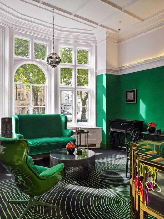 идея использования зеленого цвета в необычном интерьере комнаты