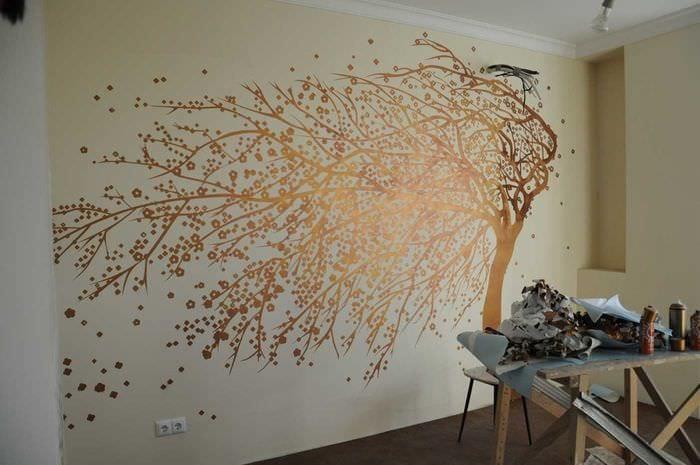 вариант ясного дизайна квартиры с росписью стен