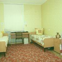 вариант яркого дизайна маленькой комнаты в общежитии фото