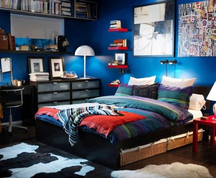 идея яркого стиля спальни для молодого человека