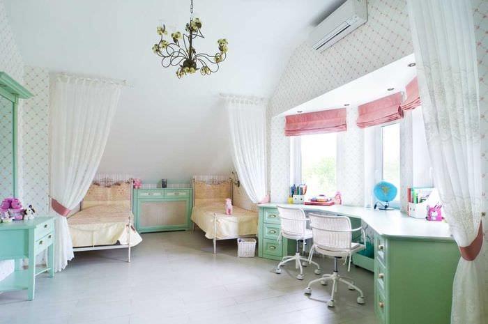 пример яркого дизайна детской комнаты для двоих девочек