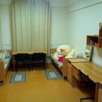 идея светлого дизайна небольшой комнаты в общежитии фото