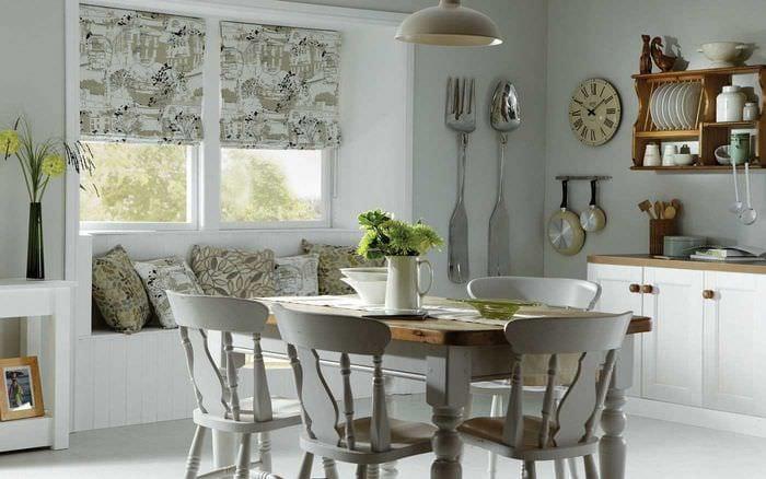 идея необычного стиля гостиной с римскими шторами