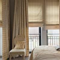 идея светлого интерьера гостиной с римскими шторами картинка