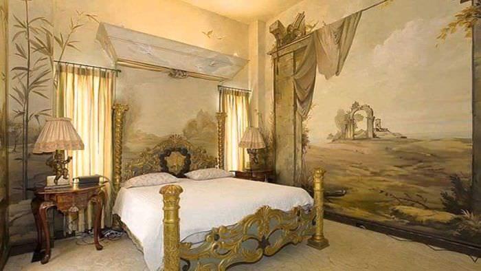 вариант яркого интерьера дома с росписью стен