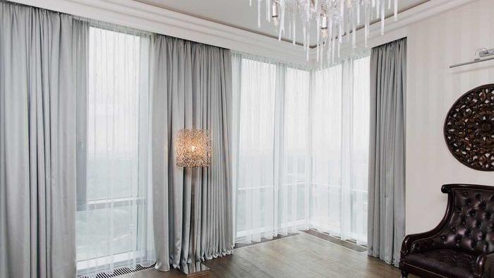 пример применения современных штор в светлом декоре комнате