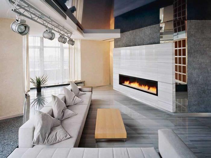 идея использования светлого ламината в ярком декоре квартиры