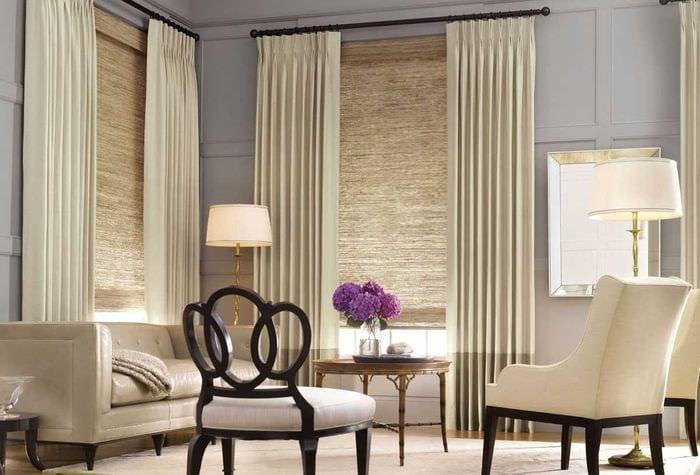 идея светлого дизайна кухни с римскими шторами