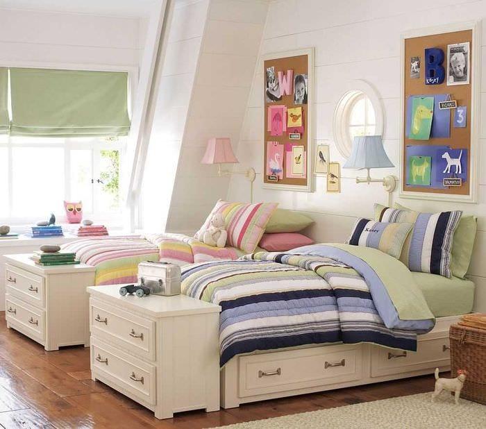 пример яркого интерьера детской комнаты для двоих девочек