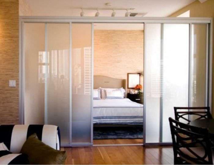 вариант светлого декора гостиной спальни 20 кв.м.