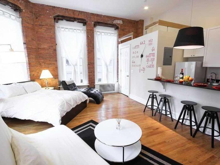 вариант яркого декора маленькой комнаты