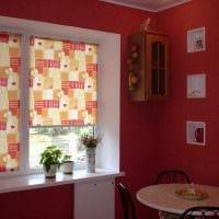 идея яркого стиля кухни с римскими шторами фото