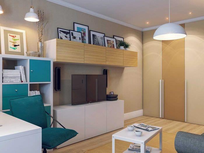 идея яркого интерьера гостиной комнаты 18 кв.м.