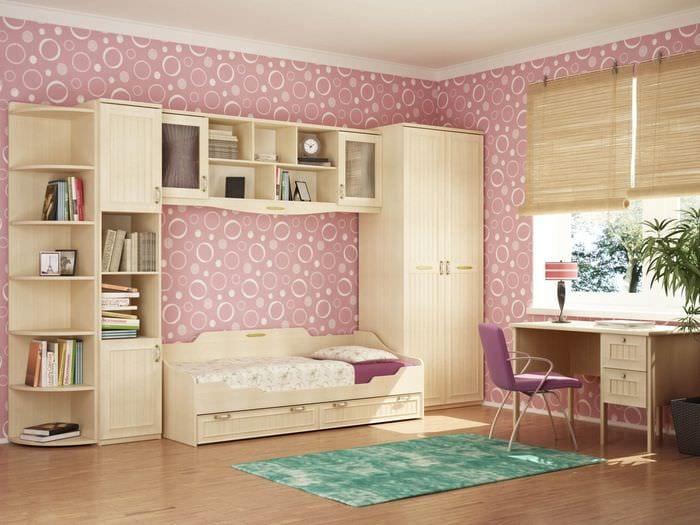 вариант светлого декора спальной комнаты для девочки в современном стиле