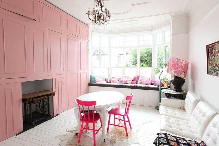 вариант применения розового цвета в светлом дизайне квартире