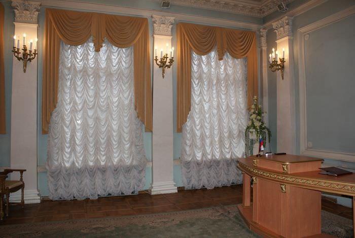 пример использования современных штор в светлом интерьере комнате