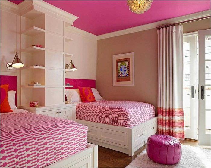 идея применения розового цвета в светлом декоре комнате