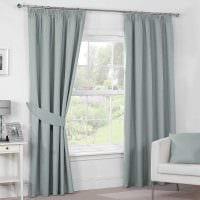 вариант использования современных штор в ярком интерьере комнате картинка