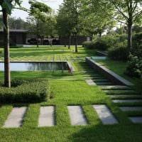 вариант использования ярких растений в ландшафтном дизайне дома картинка