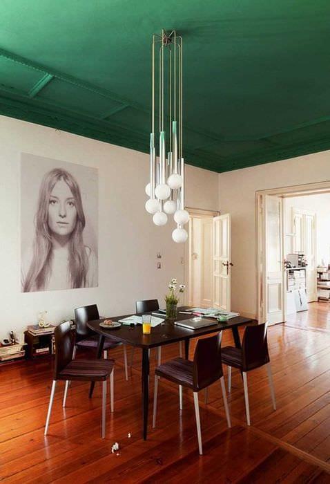 вариант использования зеленого цвета в светлом интерьере комнаты