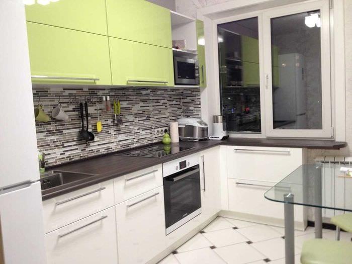 пример светлого интерьера кухни 9 кв.м