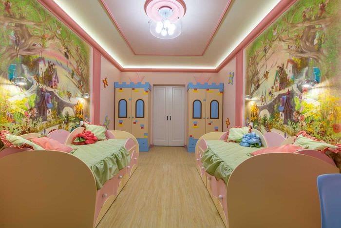 вариант светлого декора детской комнаты для двоих девочек