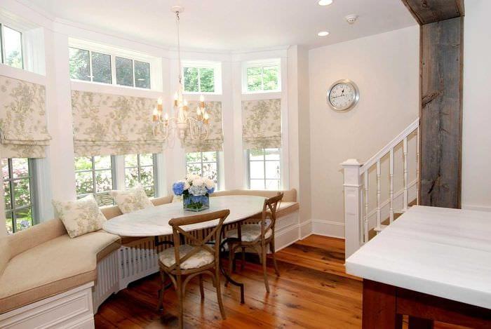 идея необычного интерьера гостиной с римскими шторами