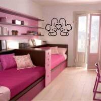вариант светлого интерьера детской комнаты для двоих детей фото