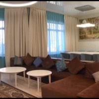 идея яркого интерьера зала в частном доме картинка