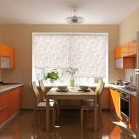 идея яркого дизайна гостиной с римскими шторами фото