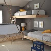 идея светлого декора небольшой комнаты в общежитии фото