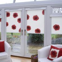 вариант необычного дизайна гостиной с римскими шторами картинка