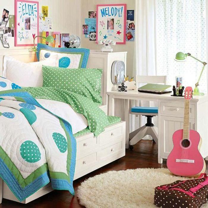 идея яркого интерьера спальной комнаты для девочки в современном стиле