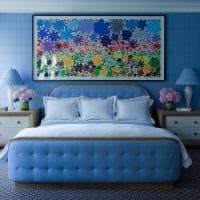 вариант применения яркого голубого цвета в дизайне дома фото