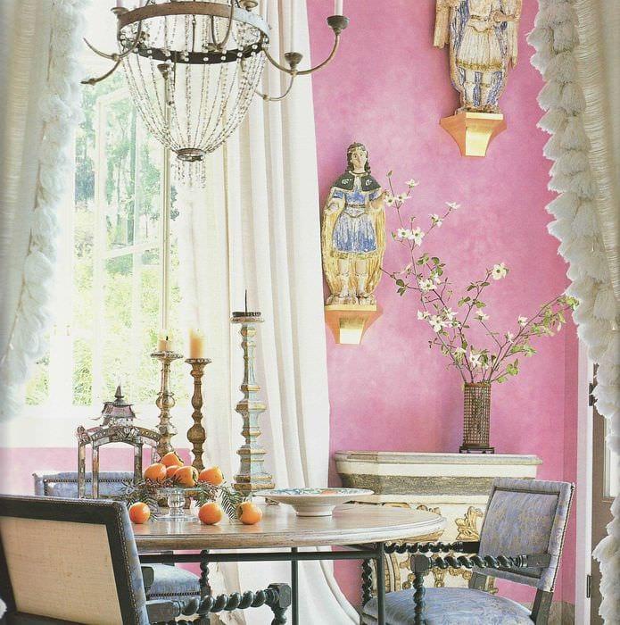 пример применения розового цвета в ярком интерьере квартире