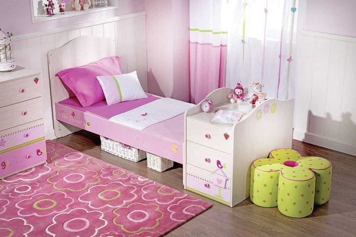пример использования розового цвета в необычном интерьере квартире