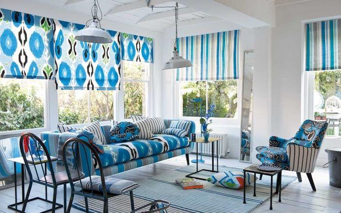 вариант применения яркого голубого цвета в дизайне квартиры