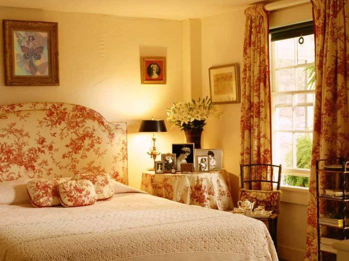 вариант использования светлого интерьера комнаты в стиле ретро