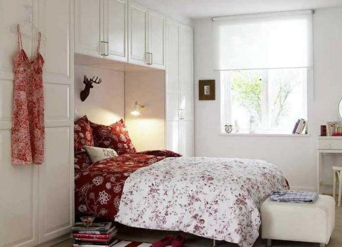 вариант светлого декора маленькой комнаты в общежитии