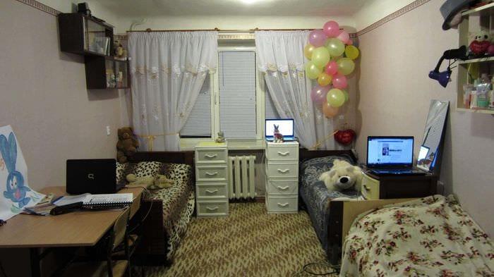 вариант яркого декора маленькой комнаты в общежитии