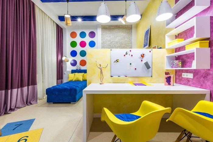пример светлого интерьера детской комнаты для двоих девочек