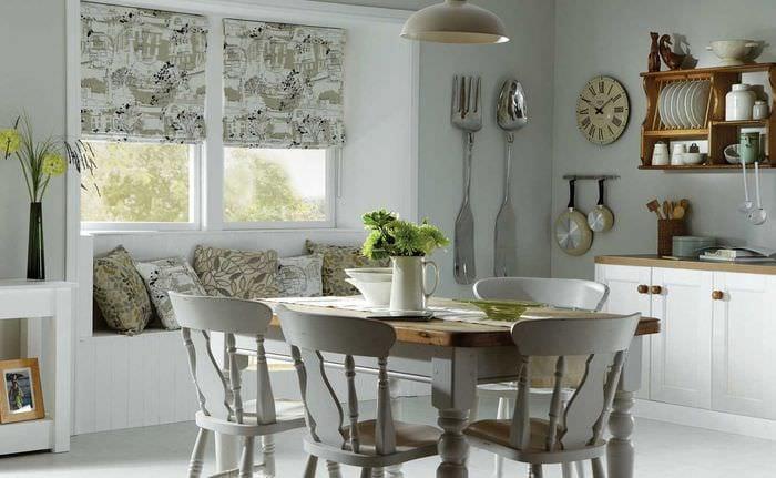 вариант необычного интерьера гостиной с римскими шторами