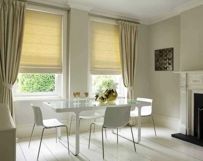 вариант яркого интерьера спальни с римскими шторами