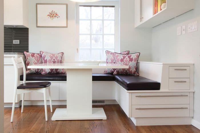 дизайнерский угловой диван на кухне