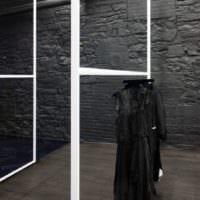 дизайн магазина одежды темный