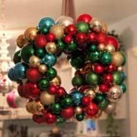 новогодний венок из елочных шаров