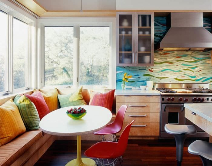 яркий диван с подушками на кухне