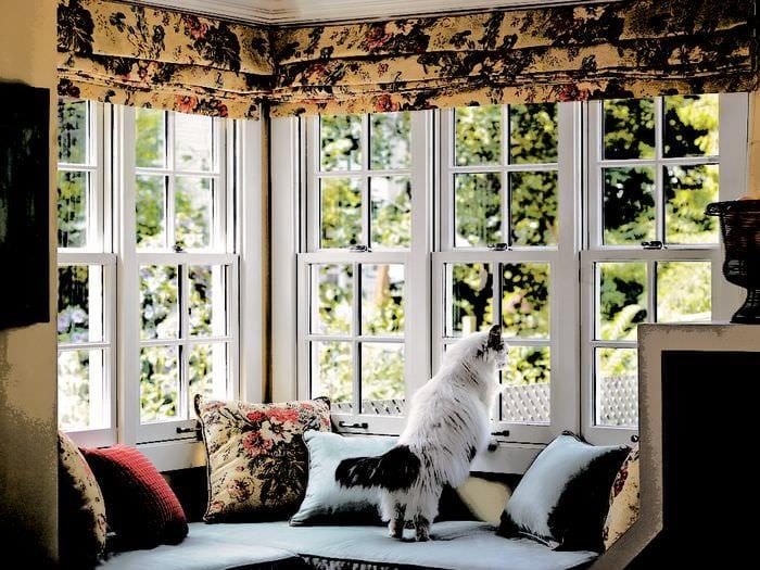 подушки на диване у окна