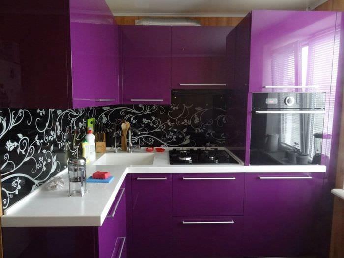 черно фиолетовый гарнитур на кухне